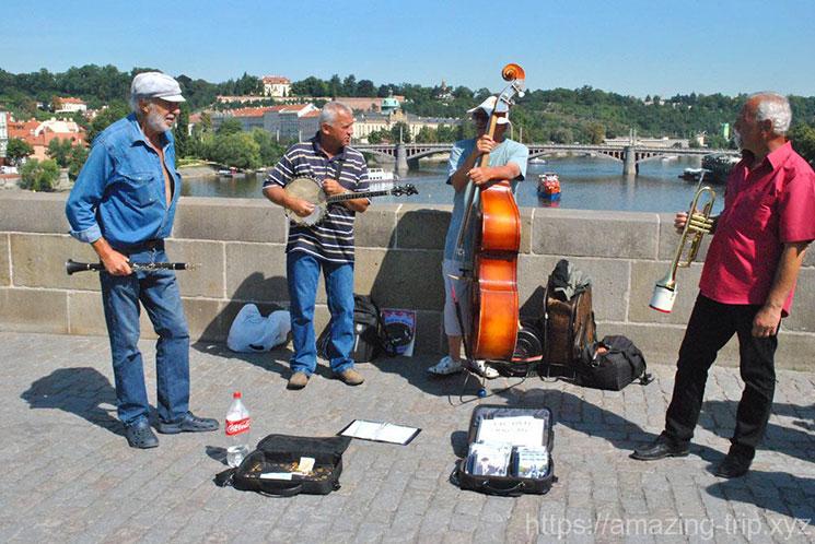 橋の上で演奏のパフォーマンスを行う人々