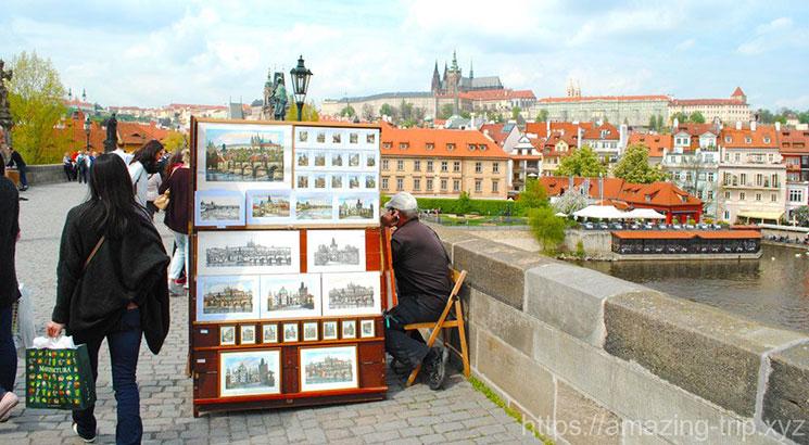 プラハの風景画を販売する露店商