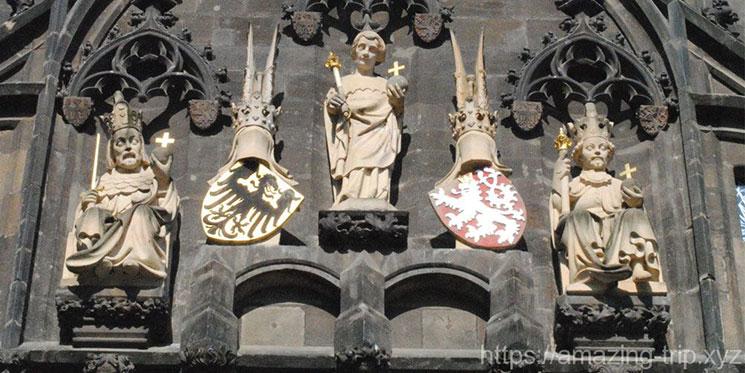 旧市街側の橋塔中段に建つ3体の像
