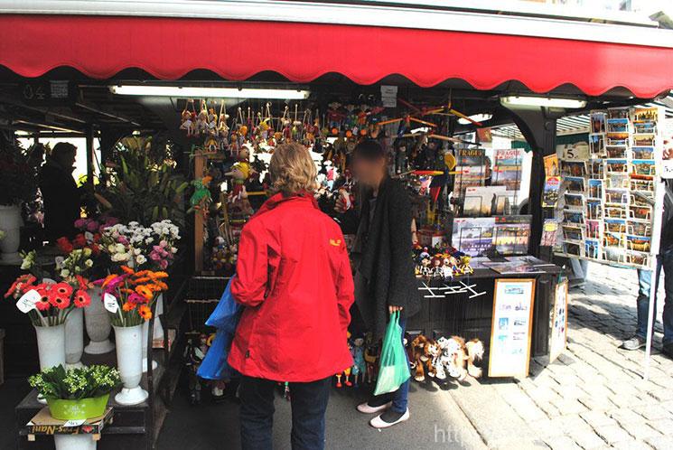 マリオネットや人形、ポストカードなどを販売する市場内の露店。
