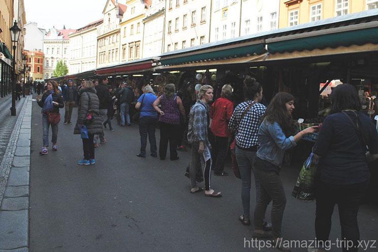 ハヴェルスカ―市場の景観 買い物をする人たち