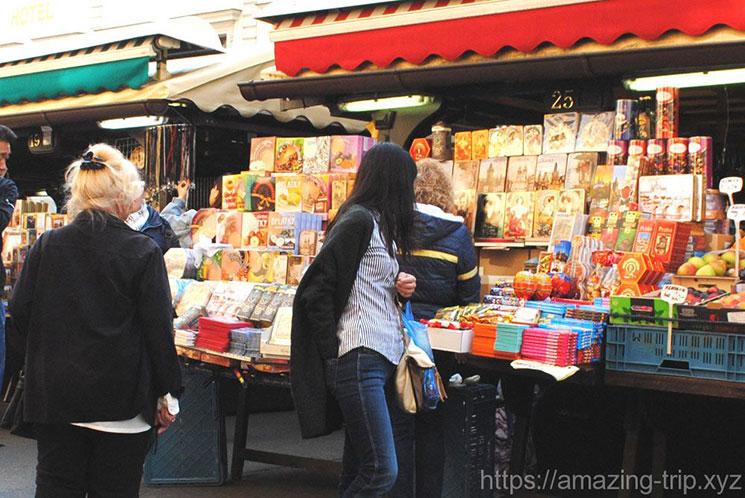 チョコレートやスイーツ系のお土産を扱う市場内の露店