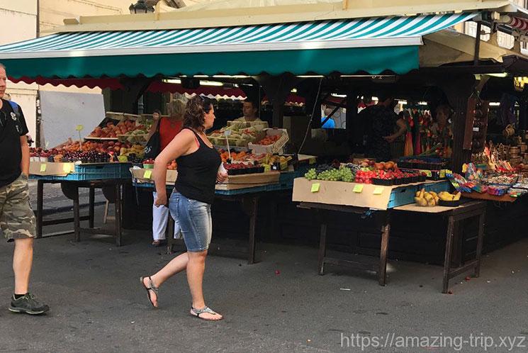 市場の入口にあるフルーツを扱う露店。