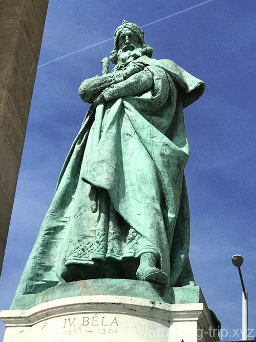 ベーラ4世の像