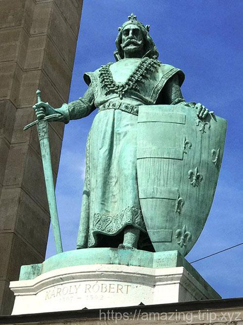 カーロイ1世の像