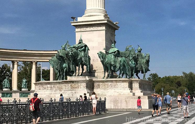 広場の中央 塔の上に建つ大天使ガブリエル像