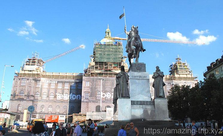 聖ヴァーツラフの騎馬像と国立博物館
