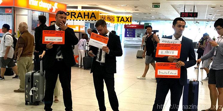 プラハ空港内で待機する送迎シャトルの運転手達
