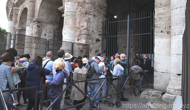 コロッセオ入口前 入場に並ぶ列