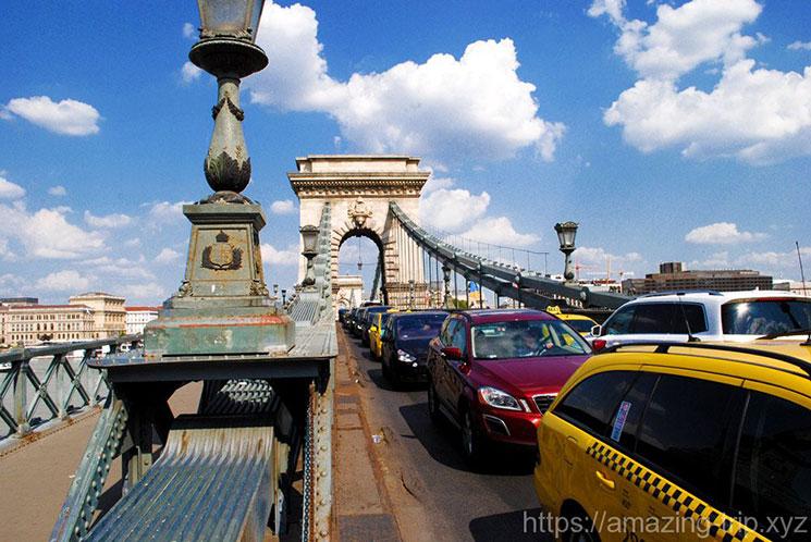 くさり橋中央を走る道路