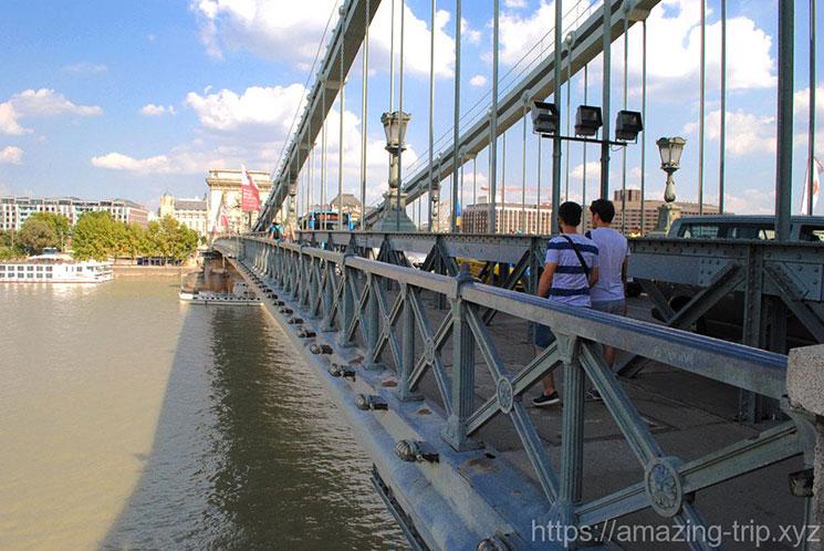 ドナウ川とくさり橋の歩道