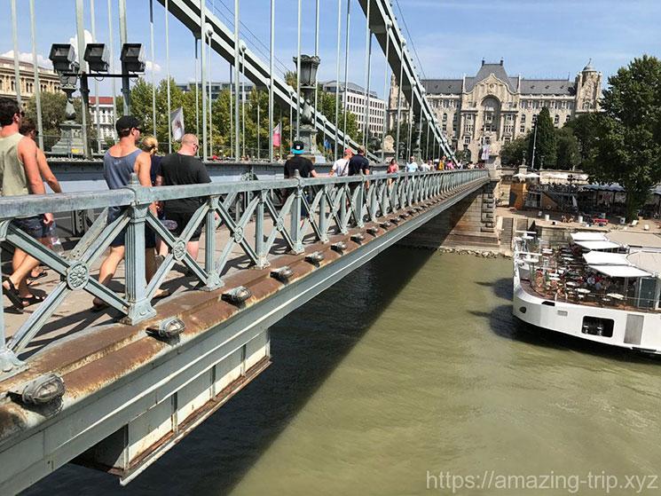 くさり橋の歩道とドナウ川