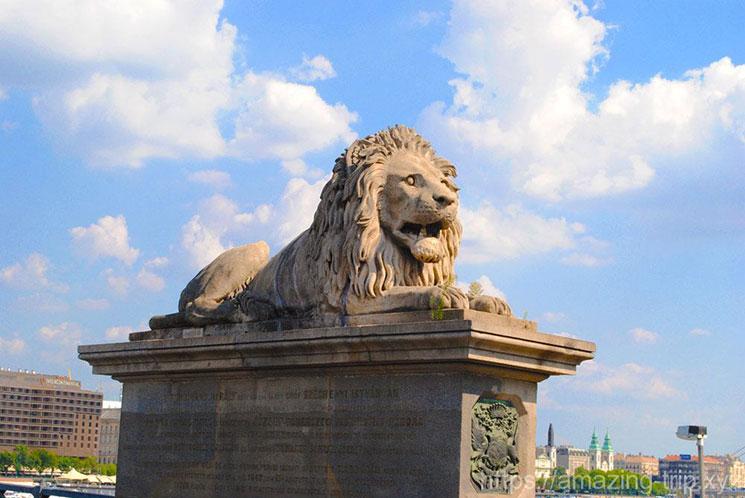 くさり橋入口のライオン像