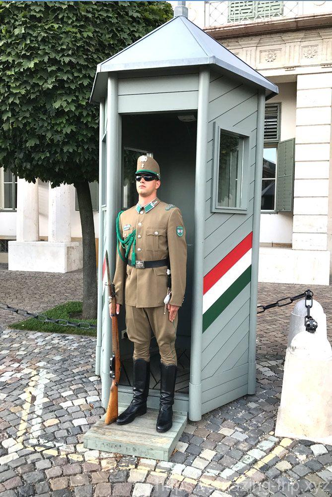 王宮の丘に立つ衛兵