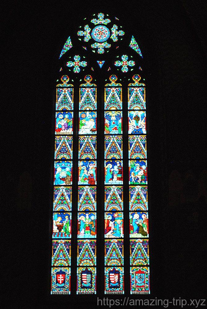 中央祭壇後部のステンドグラス