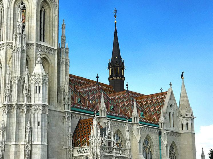 「マーチャーシュ教会」の屋根と尖塔。