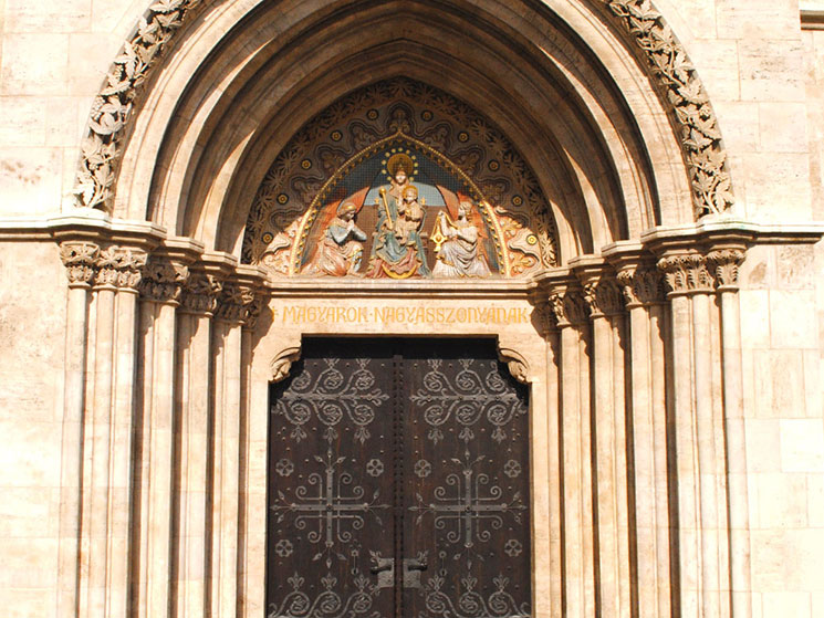 「マーチャーシュ教会」の扉上部のリュネット。