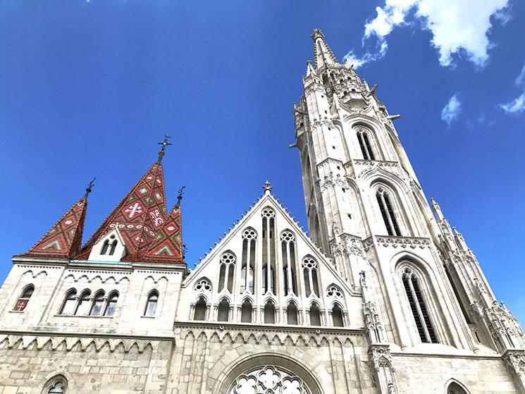 マーチャーシュ教会のシンボル高さ88mの尖塔