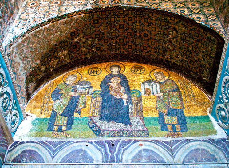 南側出口のモザイク画「聖母子に献上する皇帝」