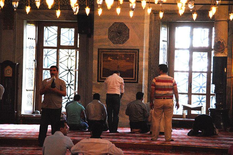 ブルーモスク内部 礼拝中のイスラム教徒