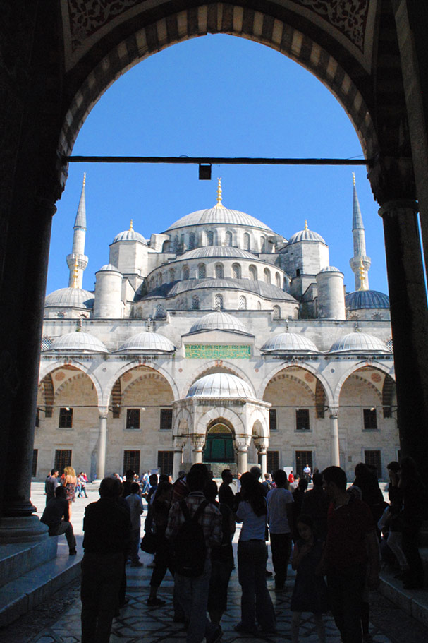 正門から見るブルーモスク