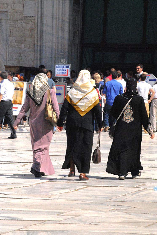 中庭を歩くイスラム教徒の女性たち