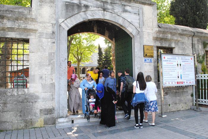 ブルーモスクの入口へと続く門