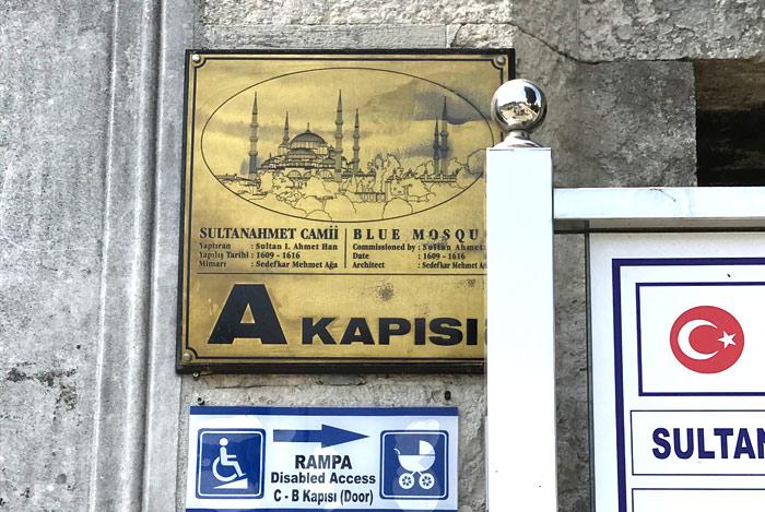 ブルーモスクの正門の看板