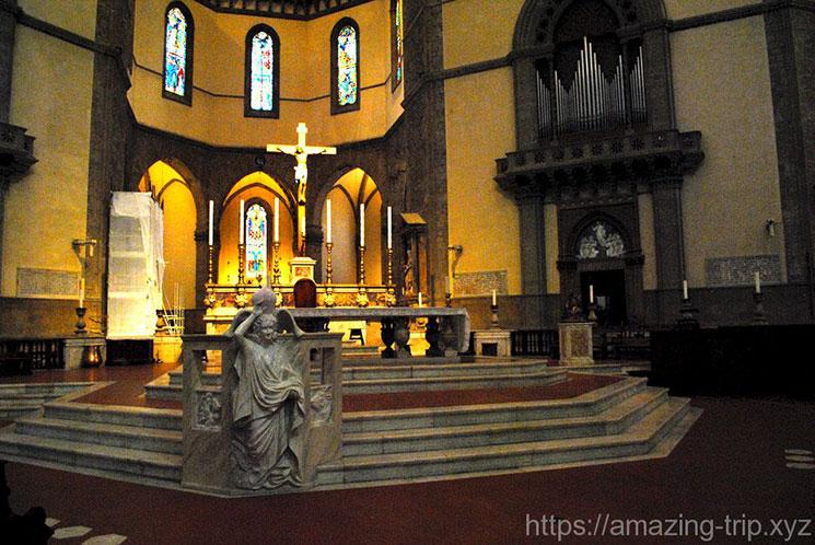 ドゥオーモ内部 主祭壇の十字架像(B・ダ・マイアーノ作)