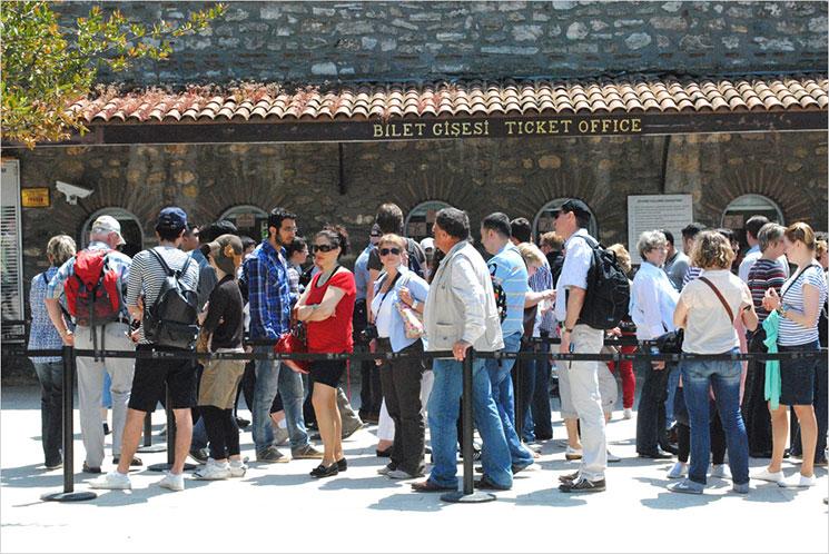 トプカプ宮殿 チケットオフィスに並ぶ観光客