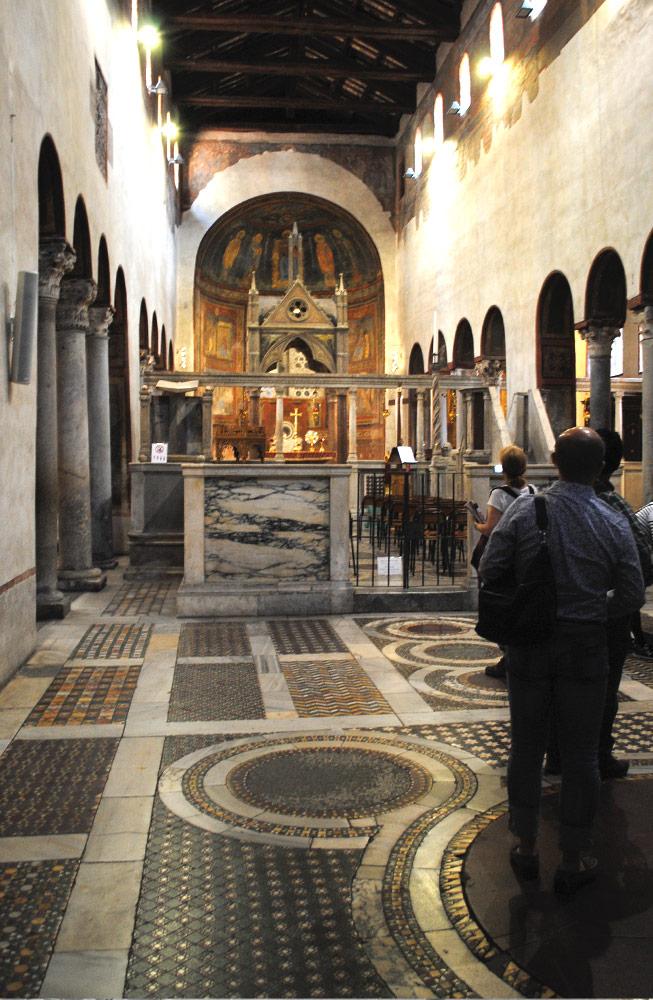 サンタ・マリア・イン・コスメディン教会内部の景観