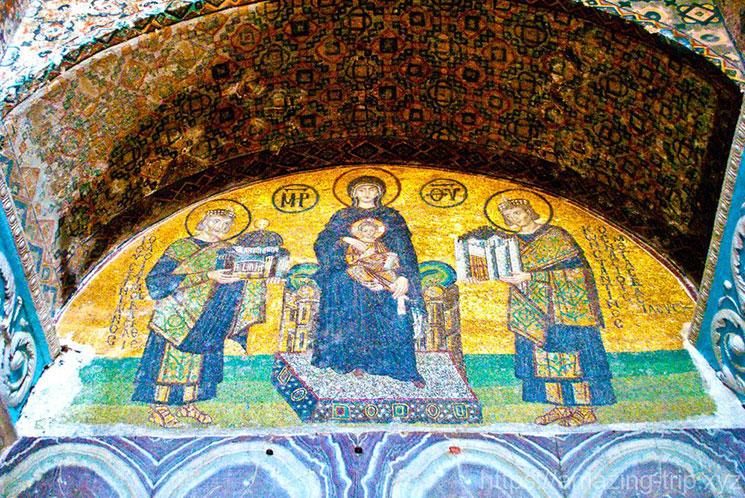 アヤソフィア内部のモザイク画「聖母子に献上する皇帝」