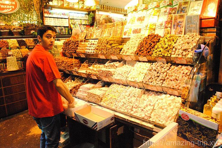 トルコ伝統の焼き菓子「ロクロム」を販売する店
