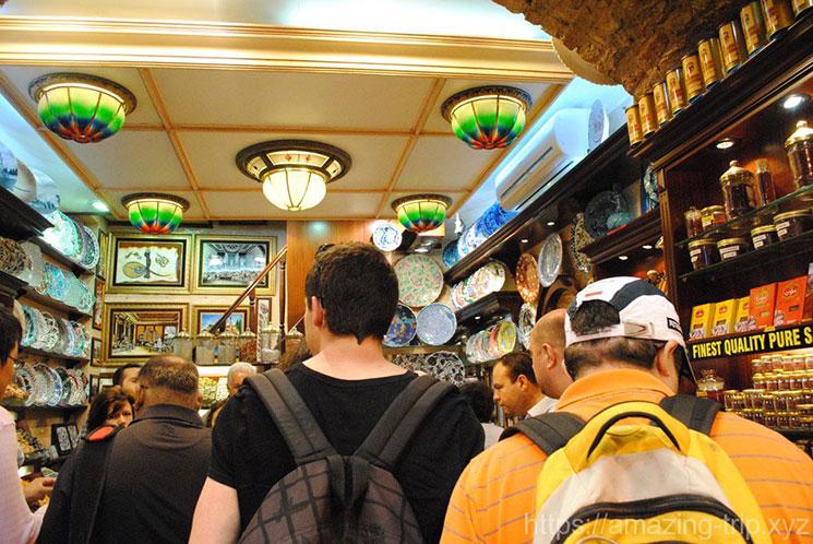 陶器やお皿、お茶などを販売する店舗