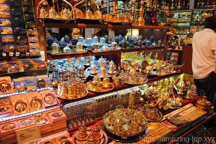 雑貨や食器、マグネットを販売する店舗