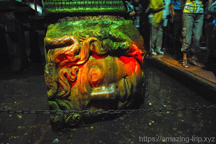 赤いライトに照らされる地下宮殿のメデューサ