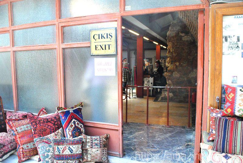 モザイク博物館の出口。出口はアラスタ―バザールの通りに面しています。