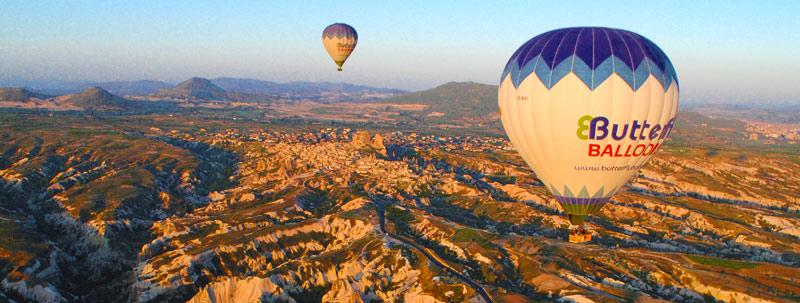 早朝 奇岩の上を飛ぶ気球