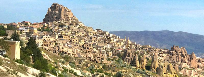 レッドツアーの観光スポット「ウチヒサル城塞」