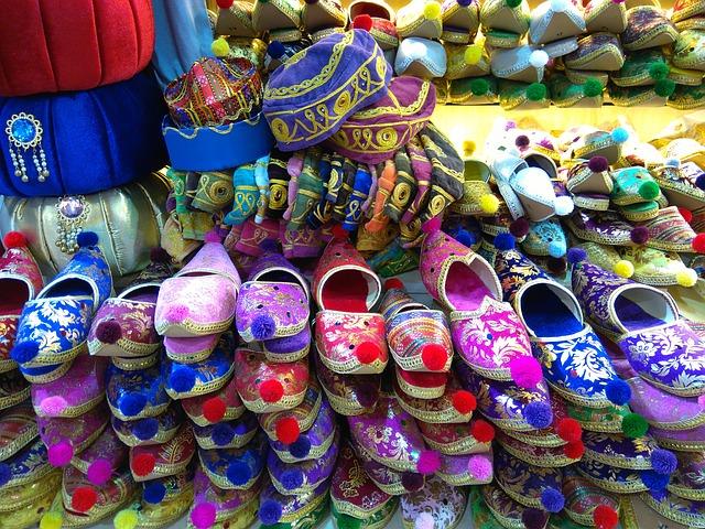 民族衣装とトルコの伝統的な模様をあしらった商品