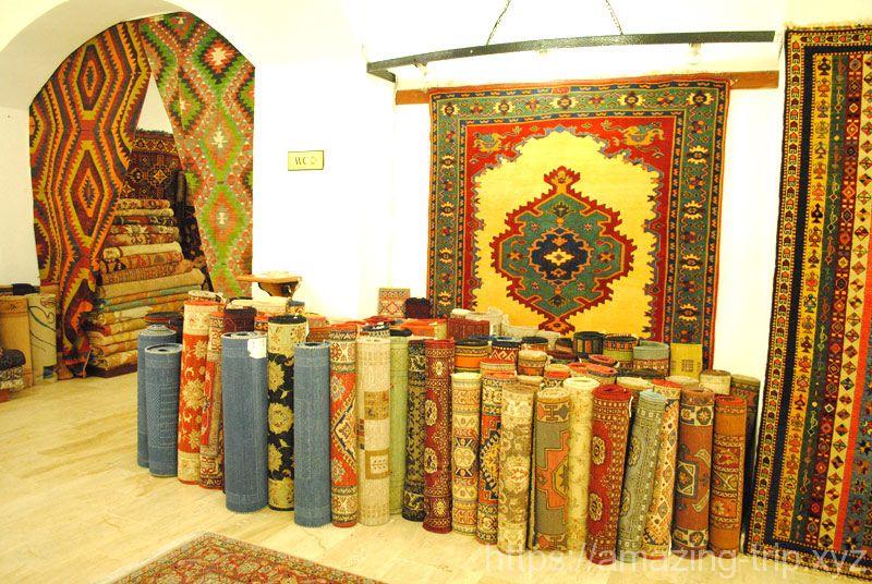 絨毯工場に並ぶ絨毯