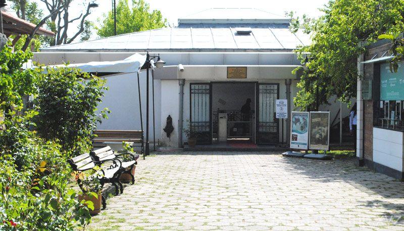 モザイク博物館のチケットオフィスと館内入場口