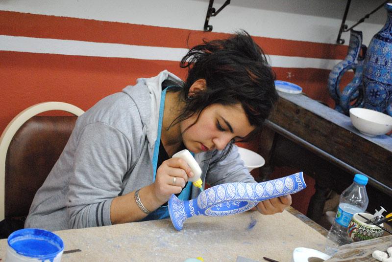 陶器に色を塗る職人