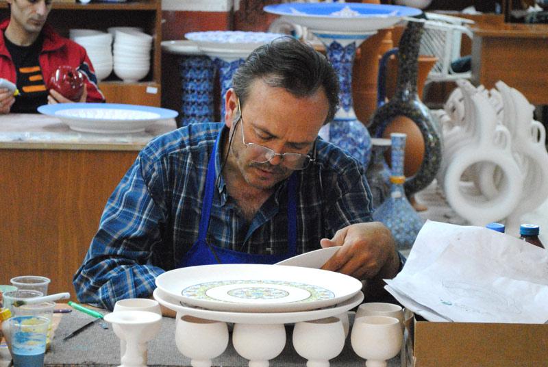 陶器に模様をつける職人