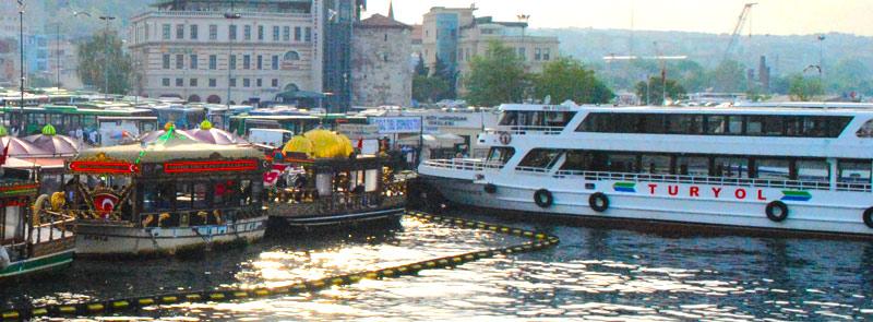 Turyol社の船とボスポラス海峡