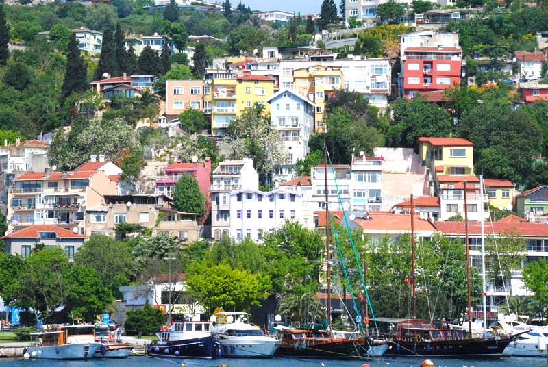 海峡沿いに建つ住宅群