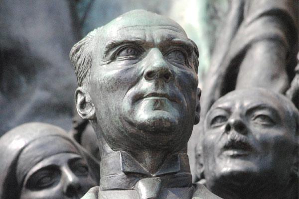 トルコ初代大統領の「ムスタファ・ケマル・アタテュルク」の像