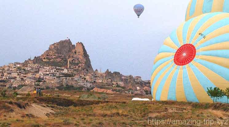 気球と奇岩の景観