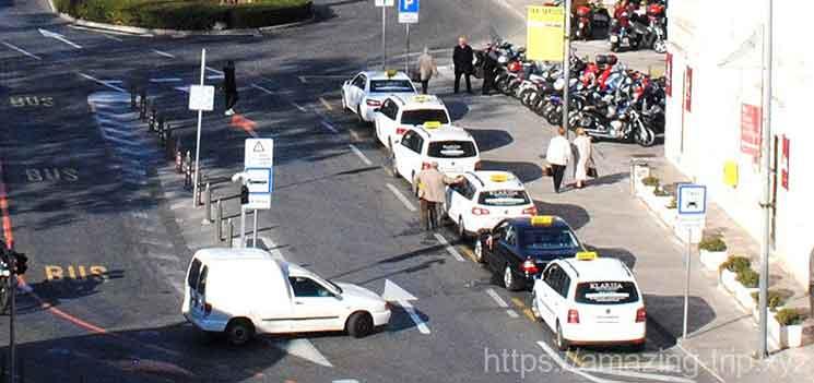 ピレ門近くに並ぶタクシーの列