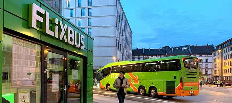 FlixBusのオフィスとバス